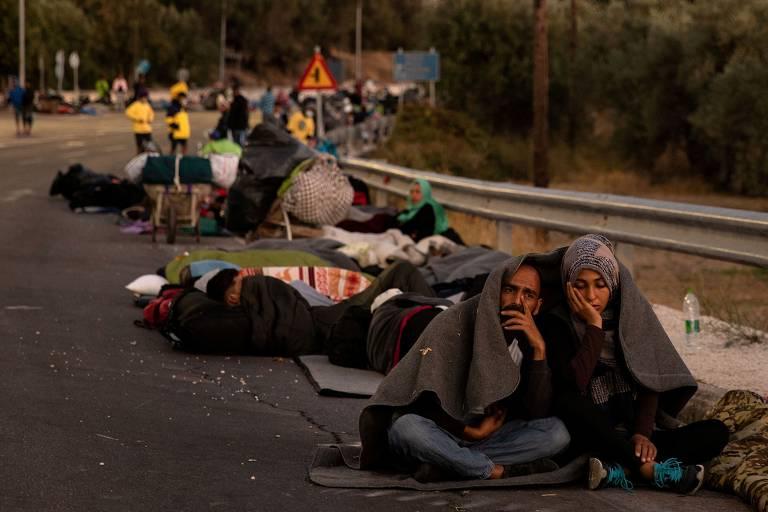 Migrantes desalojados após grande incêndio atingir o campo de refugiados na Grécia; veja fotos de hoje