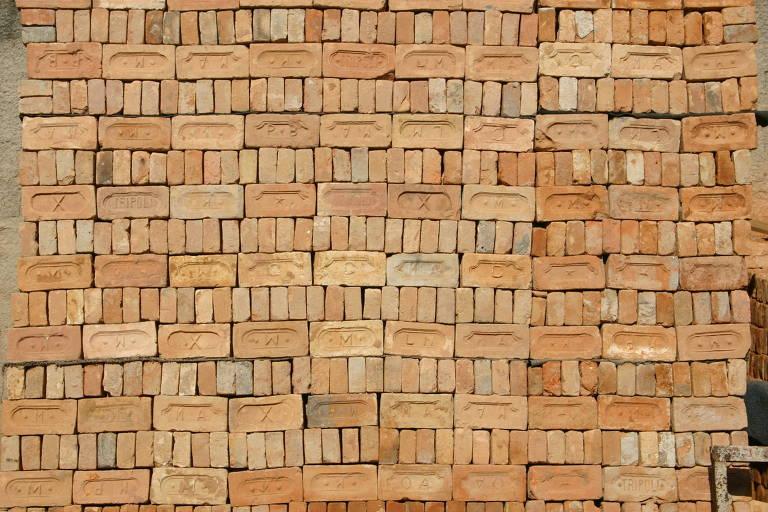 Pilhas de tijolos