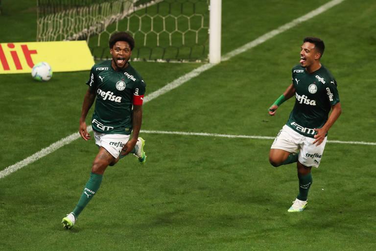 Luiz Adriano comemora o primeiro gol do Palmeiras no clássico, em Itaquera