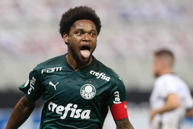 Luiz Adriano comemora o primeiro gol do Palmeiras