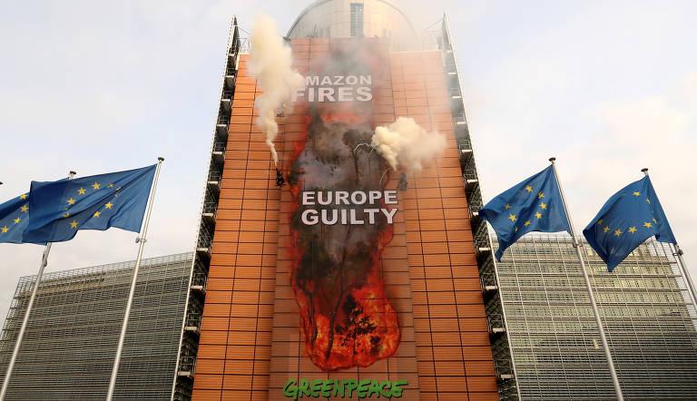 Ativistas fazem ato em Bruxelas contra destruição na Amazônia; veja fotos de hoje