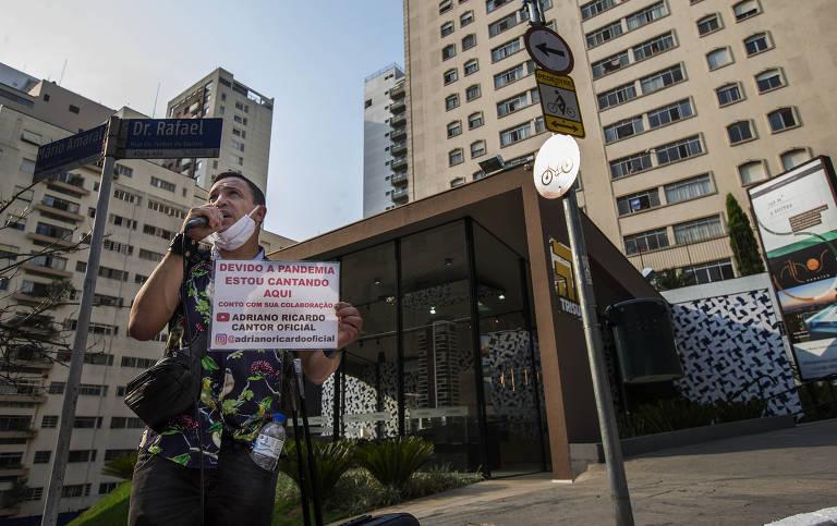 O cantor Adriano Ricardo canta pelas ruas do bairro do Paraíso (zona sul). Por causa da pandemia de Covid-19, ele perdeu o trabalho como ambulante, no Aeroporto Internacional de São Paulo, onde embalava malas, e os bicos como cantor em bares noturnos