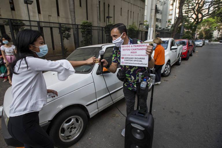 Na foto, a estudante de direito Vanessa Marques, 21, aborda Adriano Ricardo e fez a doação