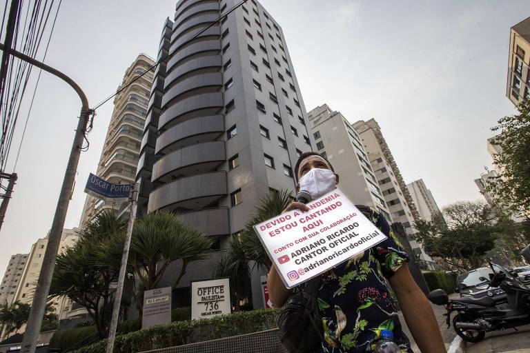 Ambulante canta pelas ruas de SP para driblar desemprego