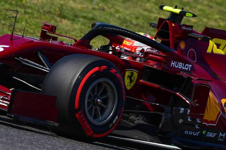 Detalhe do carro em vermelho escuro da Ferrari