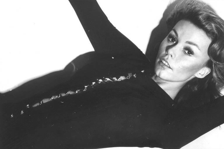 Mulher deitada em fotografia em preto e branco