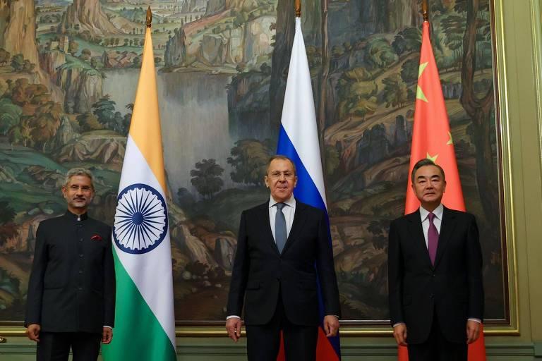 Os chanceleres Jaishankar (Índia, esq.), Serguei Lavrov (Rússia, centro) e Wang Yi (China) em Moscou
