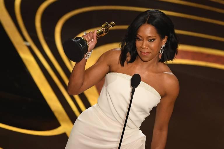 """Regina King recebe o Oscar de melhor atriz coadjuvante por """"Se a Rua Beale Falasse"""""""