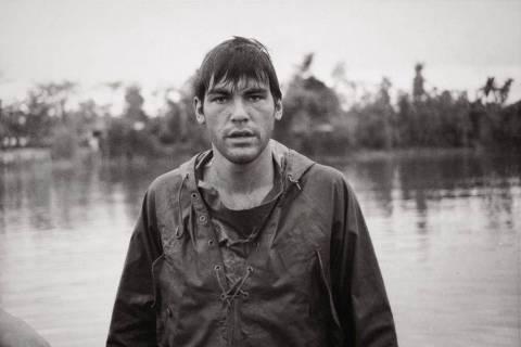 O cineasta Oliver Stone, aos 21 anos, durante participação na Guerra do Vietnã, em 1967