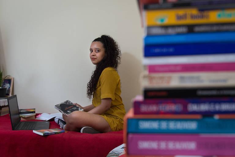 Amanda Cruz, 25, bacharel em letras, em casa na zona sul de SP