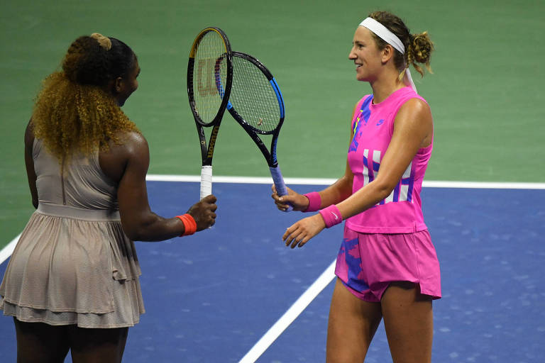 Victoria Azarenka e Serena Williams se cumprimentam com um toque de raquetes após a partida