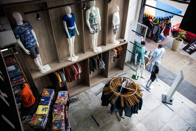 Consumidor volta às compras de roupas
