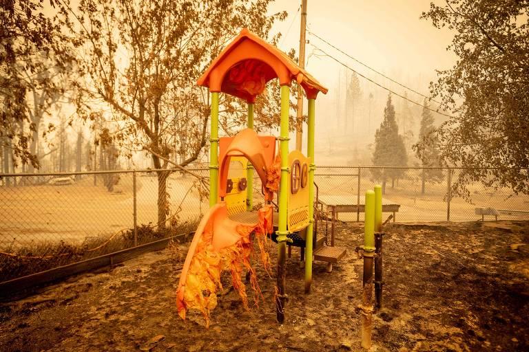Escorregador de playground ficou derretido após incêndios passarem por Fresno, na Califórnia