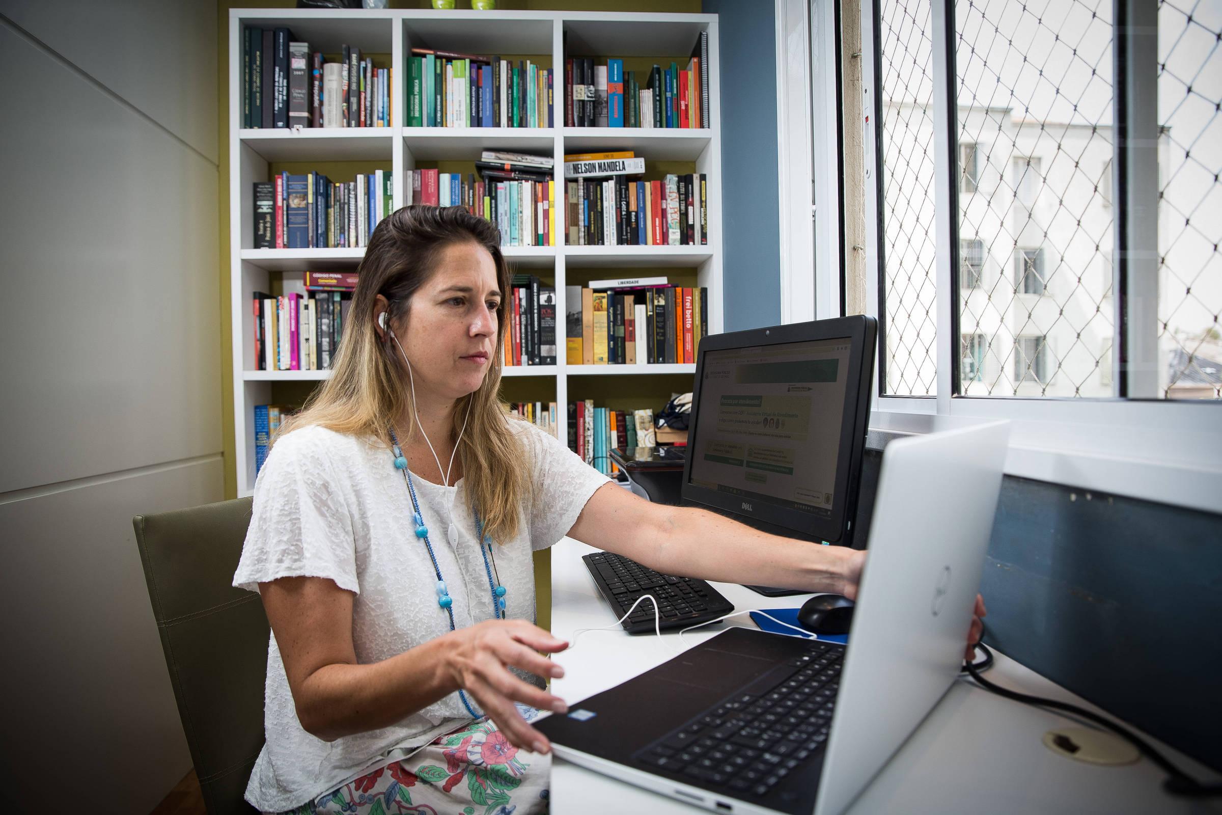 Sentada, a controladora-geral da Defensoria Pública de São Paulo Juliana Belloque, que participou da implantação de um sistema de atendimento com inteligência artificial na defensoria