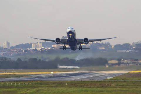 Boeing 787-9 decolando do aeroporto de Guarulhos. Foto de 2020. Para matérias genéricas de aviação.  (Foto: AEROIN ) *** FOTOS CEDIDAS PARA O GRUPO FOLHA E SUBSIDIARIAS ***