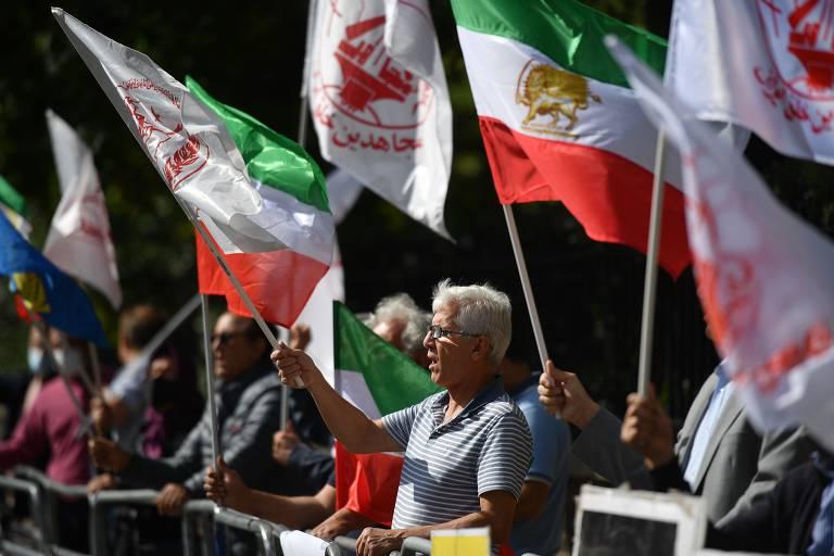 Manifestantes protestam contra a execução de Navid Afkari em frente à embaixada do Irã em Londres
