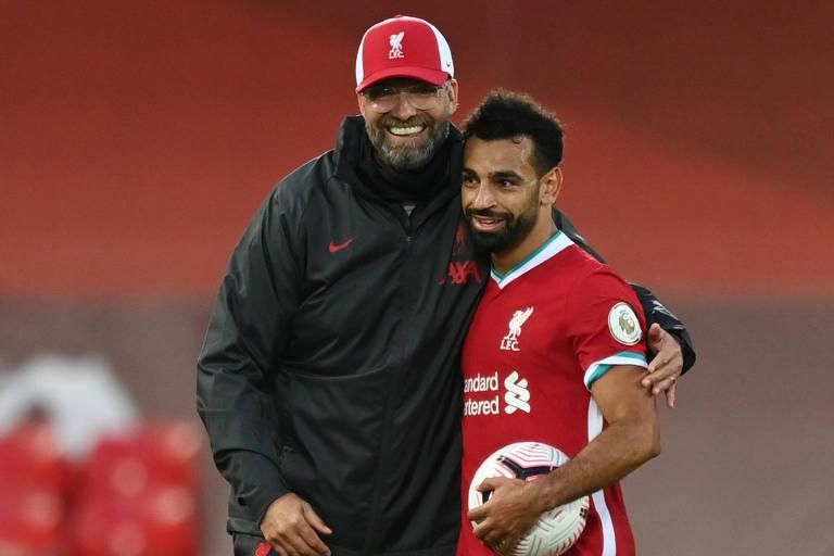 Abraçado por Klopp, Salah leva a bola do jogo para casa após marcar três gols