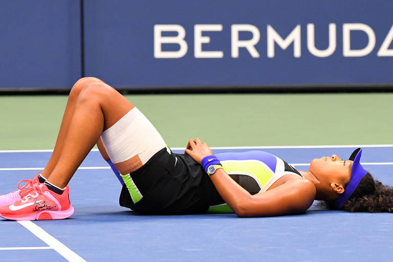 Naomi Osaka deitou na quadra após vencer o US Open