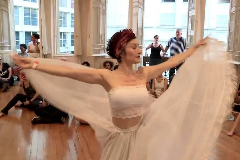 mulher dançando de tule em sala de ensaio