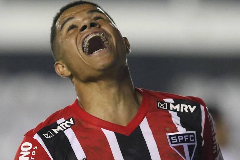O meia são-paulino Gabriel Sara comemora o primeiro dos seus dois gols no empate do São Paulo com o Santos, na Vila Belmiro, pela décima rodada do Campeonato Brasileiro