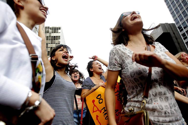 Manifestantes pelos direitos das mulheres pedem a legalização do aborto no Brasil em protesto na avenida Paulista, em SP