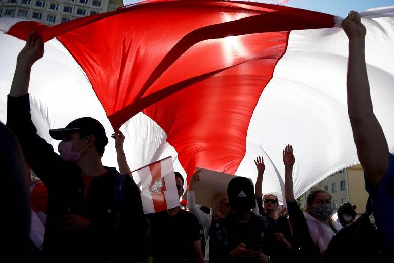 Protestos contra ditadura desafiam repressão na Belarus