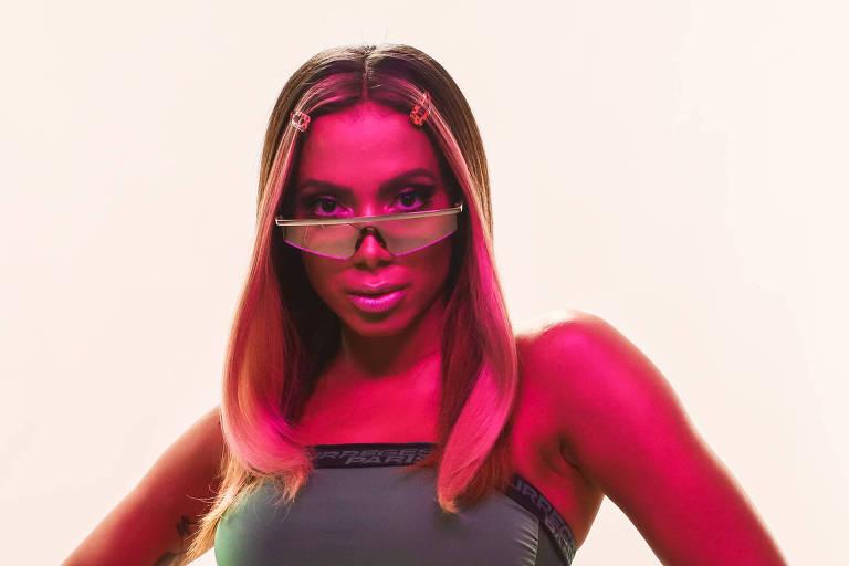 Anitta posa para foto usando óculos de sol