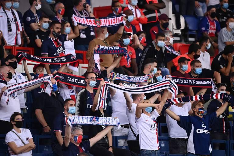 Torcedores no Parque dos Príncipes. Ligue 1 permite até 5.000 pessoas ou 10% da capacidade do estádio, com distanciamento e uso de máscara
