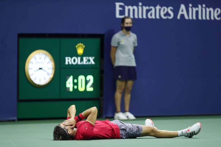 Dominic Thiem no chão após bater Zverev na final do US Open 2020