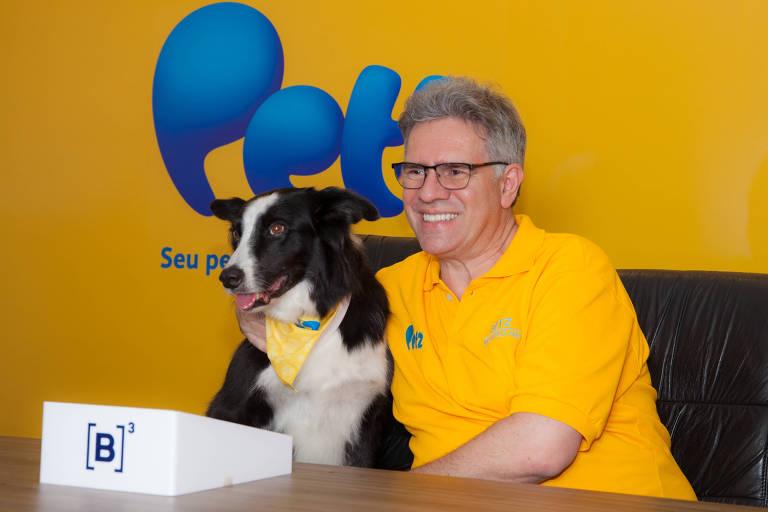 Sérgio Zimerman, fundador e presidente da companhia, com o cão Wolke, da raça Border Collie, aperta campainha na estreia da Petz na Bolsa