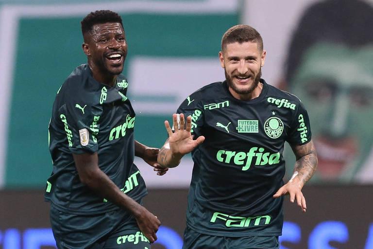 Zé Rafael (à dir.) comemora seu gol com Ramires; o meia, no entanto, foi expulso e acabou prejudicando o Palmeiras
