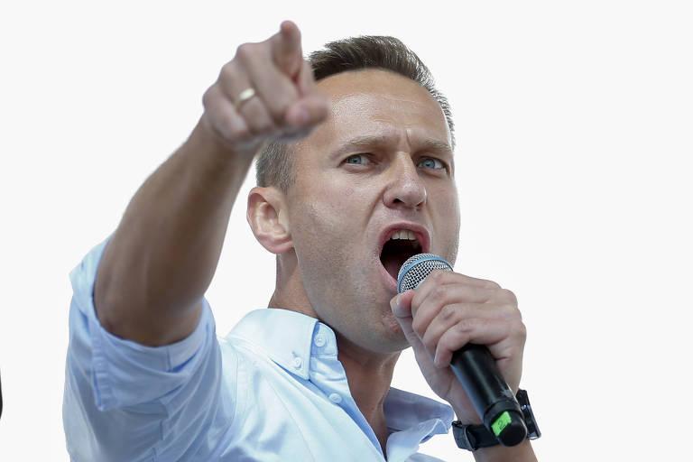 Em foto de julho do ano passado, o opositor russo Alexei Navalni dirige manifestação opositora na Rússia