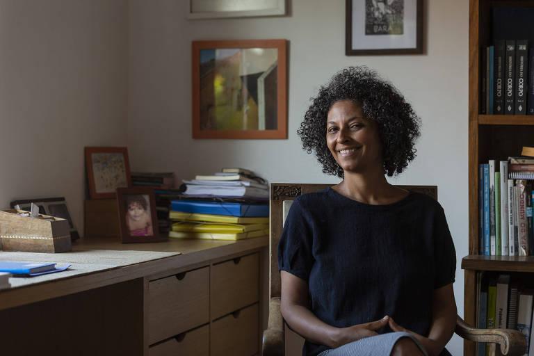 Diana Mendes, 43, historiadora que pesquisa o futebol no Brasil, em sua casa