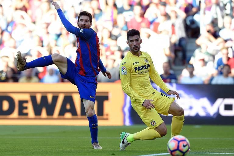 Álvaro observa chute de Lionel Messi em duelo entre Barcelona e Villarreal, em 2017