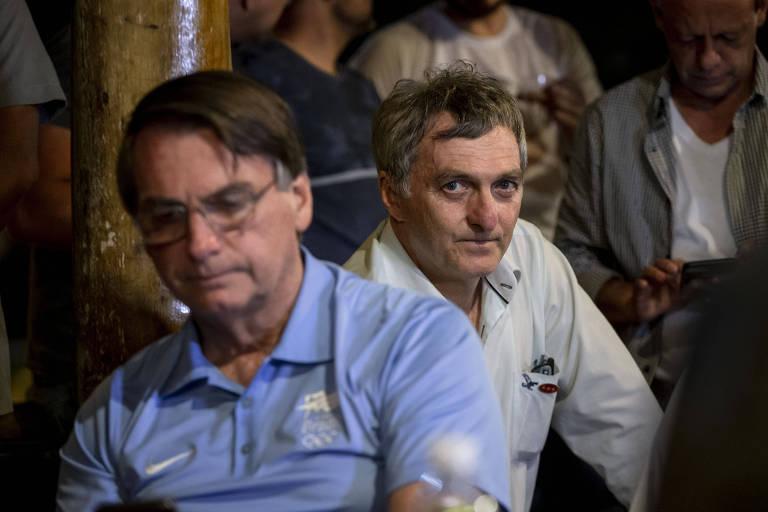 O presidente Jair Bolsonaro (sem partido) ao lado do irmão Renato Bolsonaro
