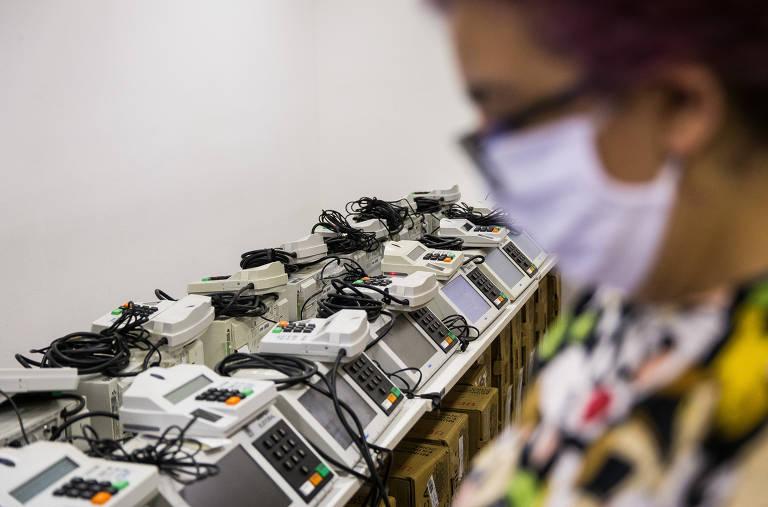 Servidores da Justiça Eleitoral ajustam urnas na primeira zona eleitoral, na Bela Vista, em São Paulo