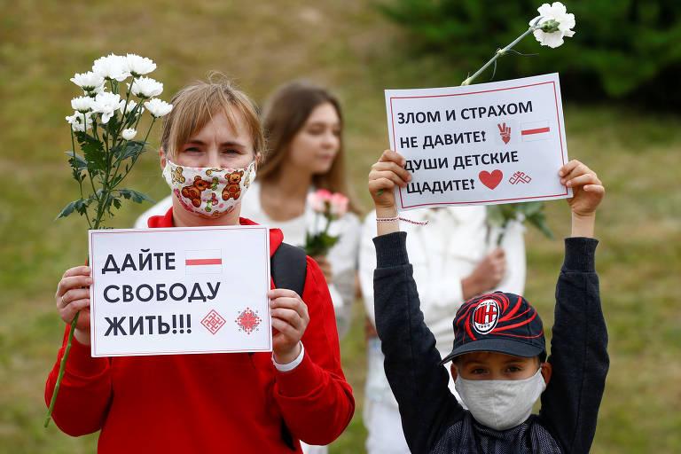 Crianças em atos contra ditadura na Belarus