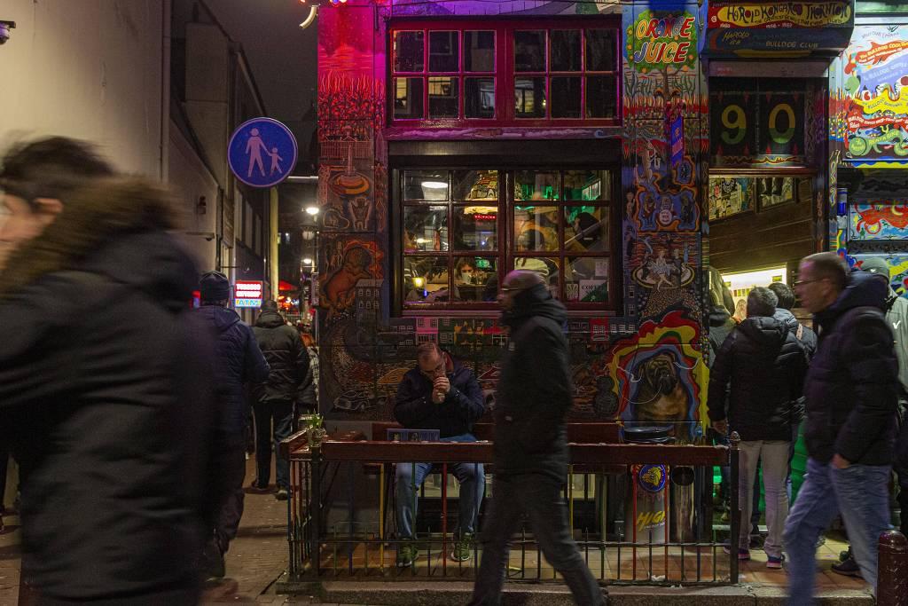 Coffeeshop no Distrito da Luz Vermelha, em Amsterdã