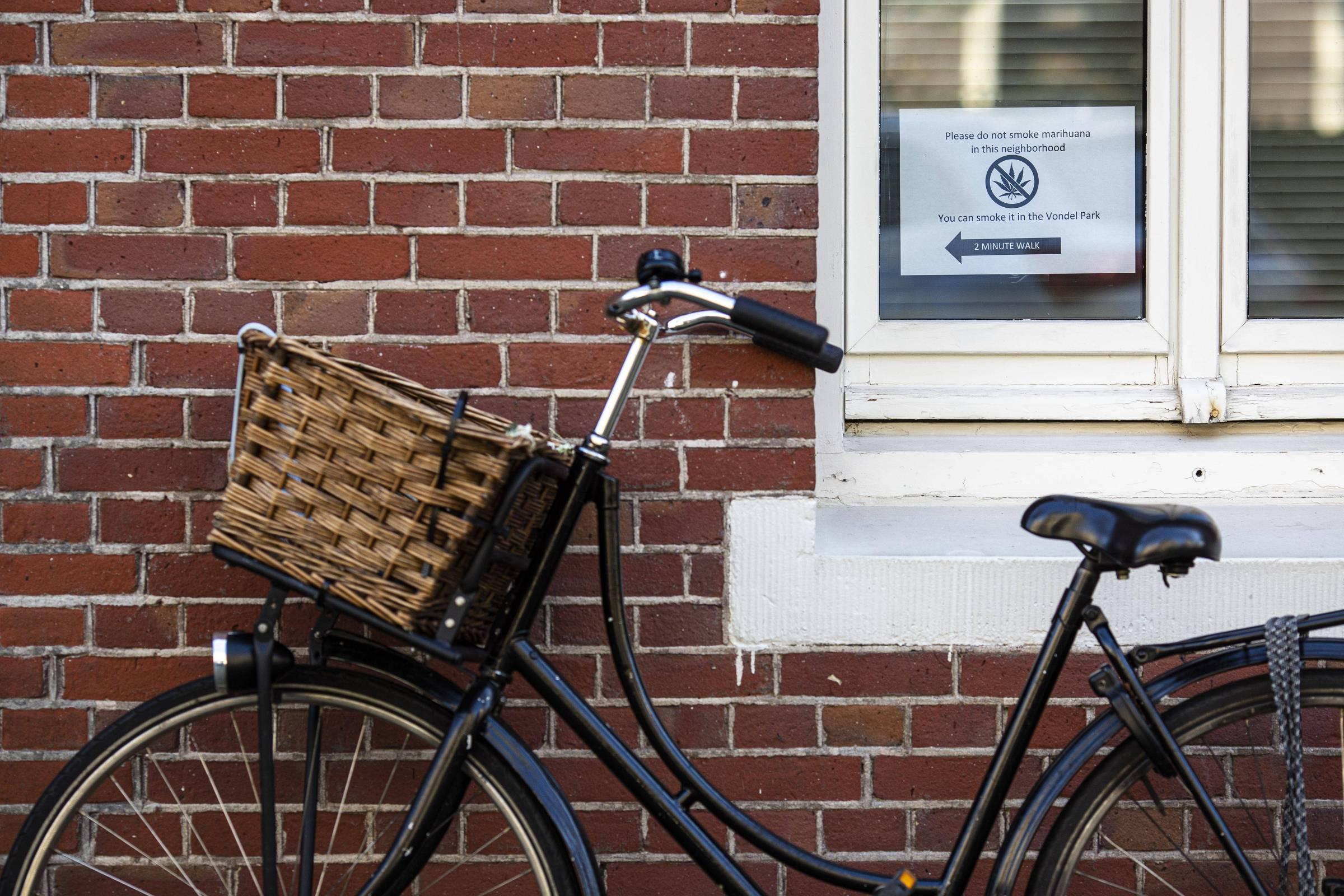 Aviso sobre proibição de fumar em hotel em Amsterdã
