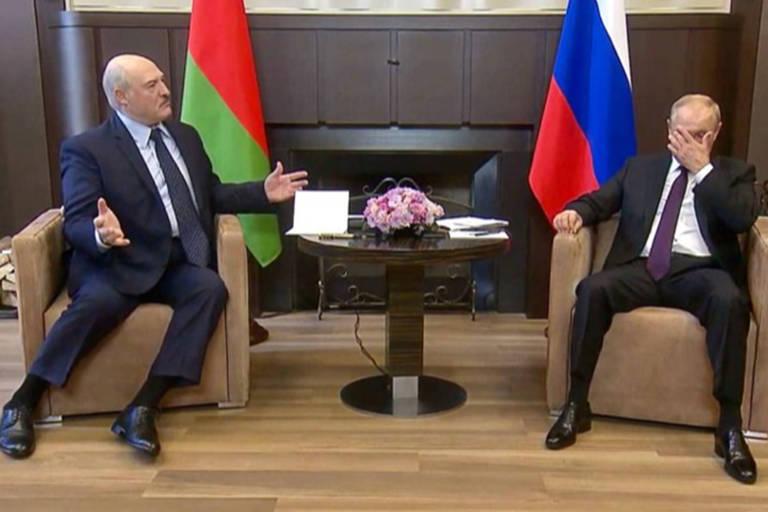 O presidente russo, Vladimir Putin, à dir., e o ditador bielorrusso, Aleksandr Lukachenko, durante encontro em Sochi