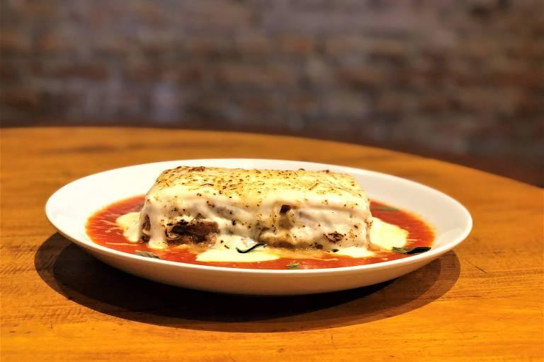 Lasanha à bolonhesa vegetariana do menu do Café Journal para a São Paulo Restaurant Week