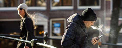 AMSTERDÃ -  HOLANDA - 12.03.2020 - Homem fuma maconha no centro de Amsterdã, na Holanda. (Foto: Danilo Verpa/Folhapress, COTIDIANO) ***ESPECIAL*** ***EXCLUSIVO FOLHA***