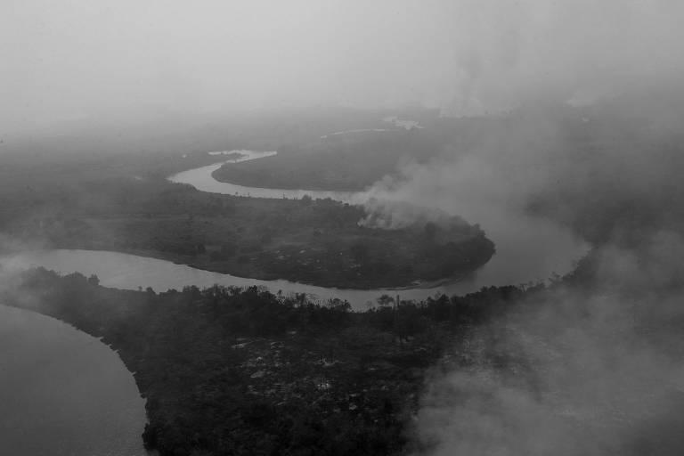 Fumaça advinda das queimadas cobre toda a extensão do rio Cuiabá, no Pantanal