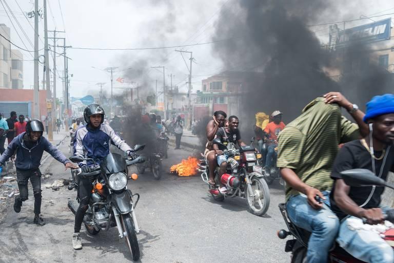 Policiais haitianos protestam de moto na capital do país, Porto Príncipe