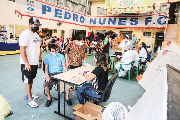 Ação social promove vacinação e distribui alimentos na zona leste de SP