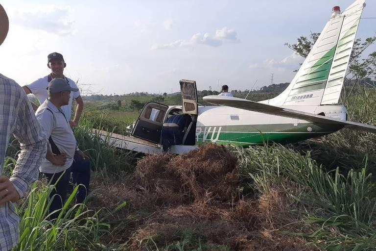 avião em terreno
