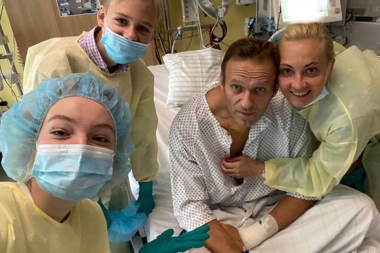 Foto compartilhada por Alexei Navalni, sentado, mostra ele e sua família em hospital em Berlim