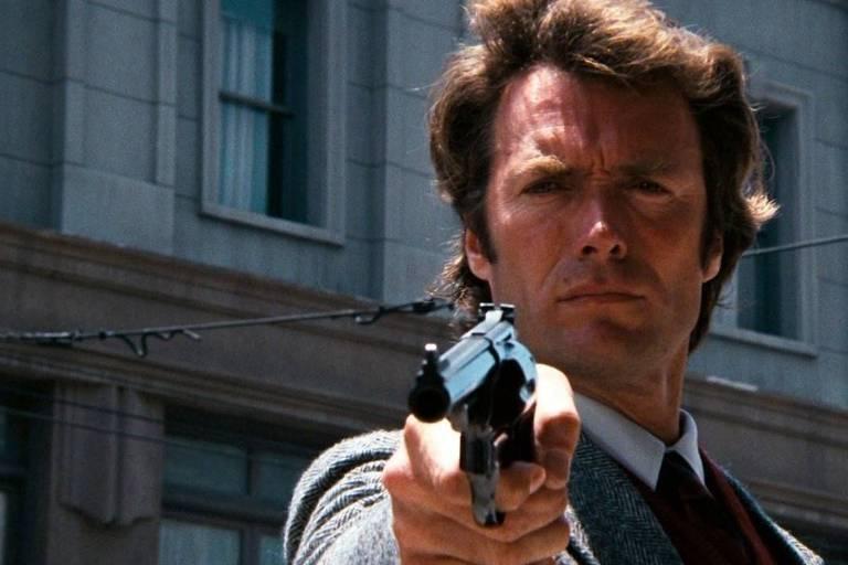 """Clint Eastwood em cena do filme """"Perseguidor Implacável"""", dirigido por Don Siegel em 1971"""