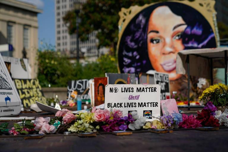 Cartazes usados durante protestos em torno do memorial em homenagem a Breonna Taylor em Louisville