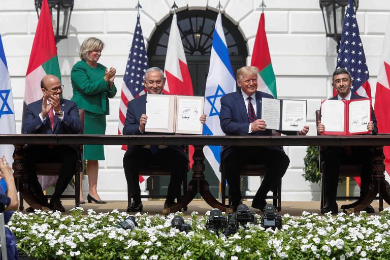 Da esquerda para a direita, o chanceler do Bahrein, Abdullatif Al Zayani, o premiê israelense, Binyamin Netanyahu, o presidente dos EUA, Donald Trump, e o chanceler dos Emirados Árabes, Abdullah bin Zayed, participam da cerimônia de assinatura do tratado na Casa Branca, em Washington